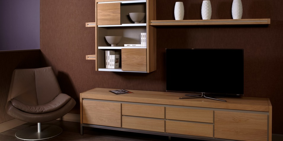 Ensemble de meubles TV de la collection Loft de Rigaux contemporain. Teinte claire. Pied en inox.